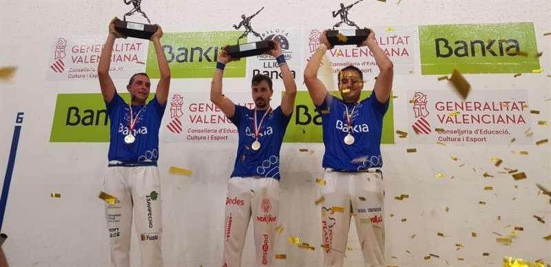 El trío de Vila-real alza el trofeo que les acredita como campeones de la Liga Bankia de escala i corda 2020, en una imagen cedida por la organización del torneo. EFE