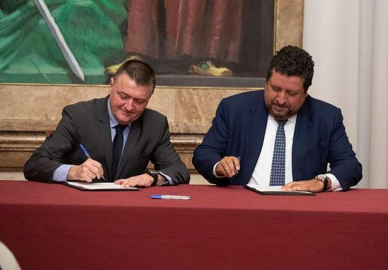 Sandalinas y Moliner en la firma del protocolo