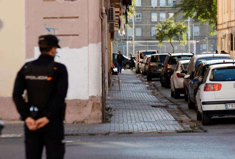 Un policía nacional durante una operación en una calle de València. EFE/Archivo