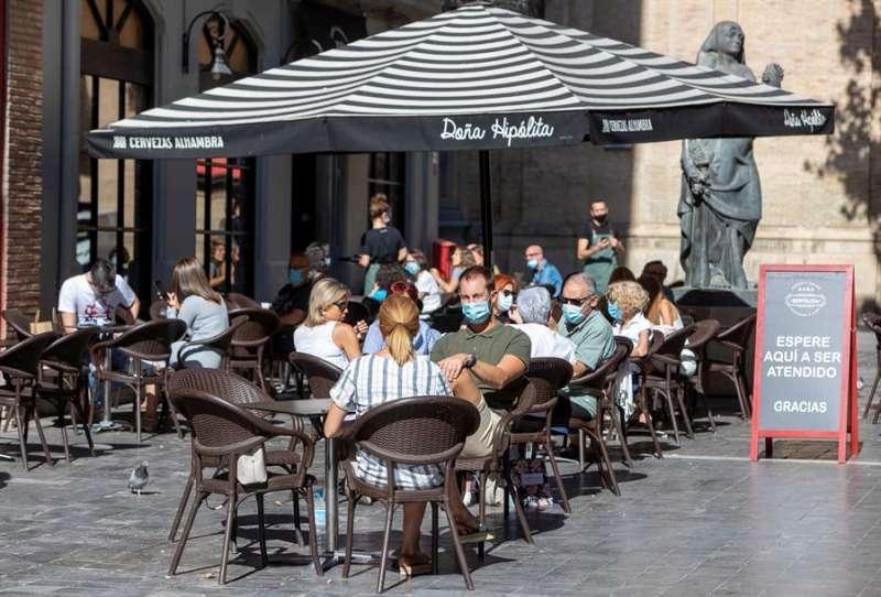 Clientes sentados en una terraza de un establecimiento. EFE/Archivo