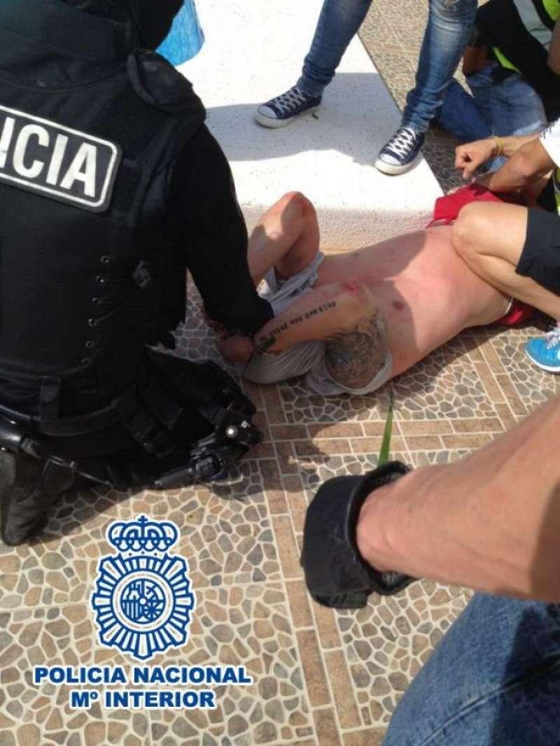 Fotografía facilitada por la Policía Nacional de la detención en Calpe (Alicante) de un peligroso fugitivo británico. EFE/Archivo