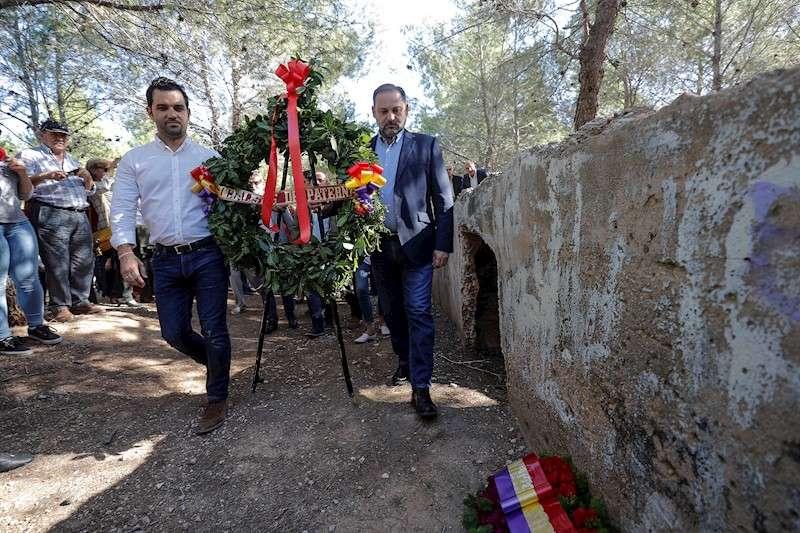 El secretario de Organización del PSOE y ministro de Fomento en funciones, José Luis Ábalos (d), y el alcalde de Paterna, Juan Antonio Sagredo, depositan una corona en el denominado