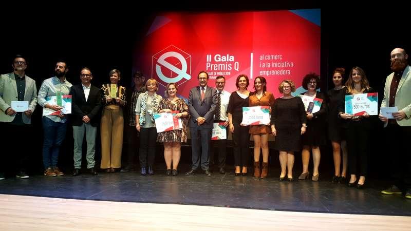 Vicent Soler y Carmen Martínez junto a los premiados y las premiadas.