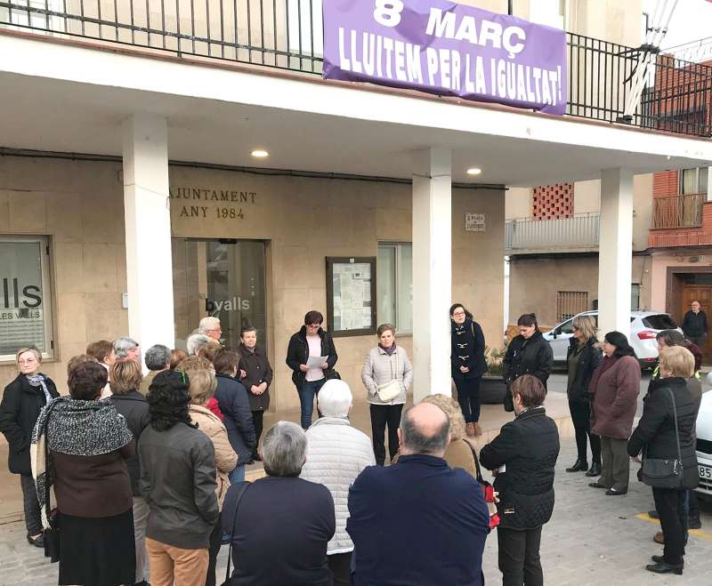 Asistentes a la lectura del manifiesto del jueves, a cargo de la concejala Mari Luz Guillem. EPDA