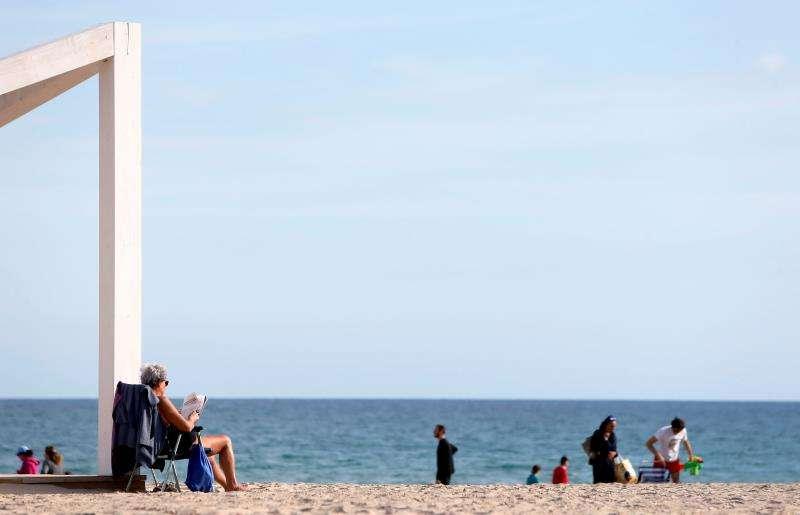 Las temperaturas agradables dejan imágenes como ésta, con gente paseando por la playa en un mes de enero. EFE/Archivo