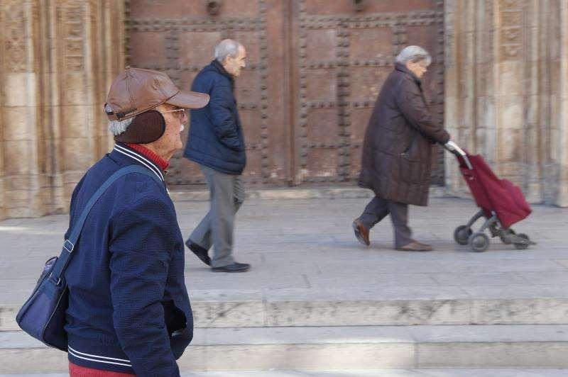 Varias personas se protegen del intenso frío en el centro de València. EFE/Archivo