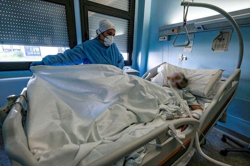 Un sanitario atiende a una persona con coronavirus. EFE/Archivo