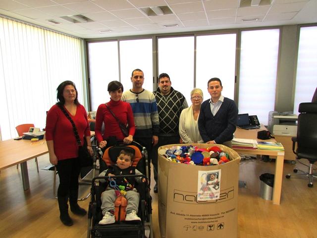 El alcalde Fernando Traver junto con la familia del niño, Óscar.