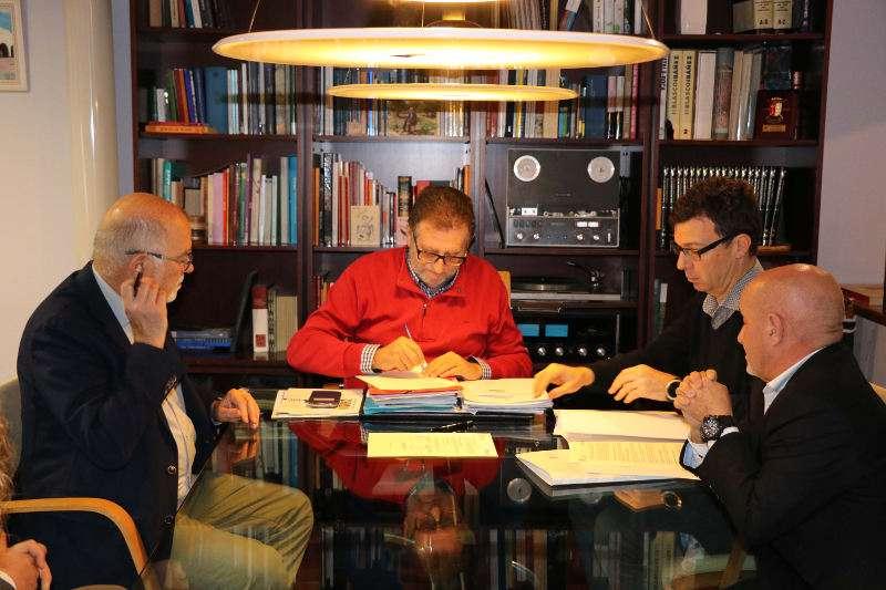 El alcalde de Torrent, Jesús Ros, firma el convenio con el Colegio Oficial de Farmacéuticos de Valencia. EPDA