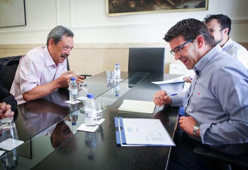 Francisco Gómez, alcalde de Domeño amb el president de la Diputació, Jorge Rodríguez. //EPDA