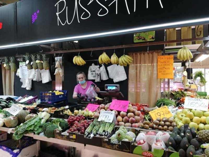 Alicia García en su puesto ?Frutas y verduras Trenzano? del Mercado de Russafa de València. EFE