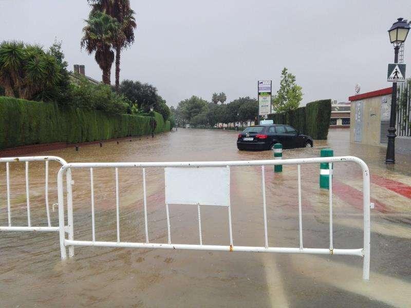 Una calle de la urbanización de Mas Camarena, en Valencia, permanece cortada a causa de las lluvias que han afectado desde este jueves a la Comunitat Valenciana y que seguirán durante el fin de semana. EFE