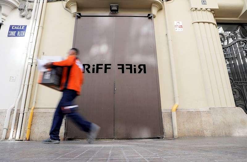 Un hombre pasa ante la puerta del restaurante RiFF de València. EFE/Manuel Bruque/Archivo