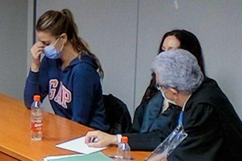 Imagen de un monitor de la Ciudad de la Justicia de Valencia de María Jesús M., Maje (i) en el momento de la lectura del veredicto. EFE/ Biel Aliño