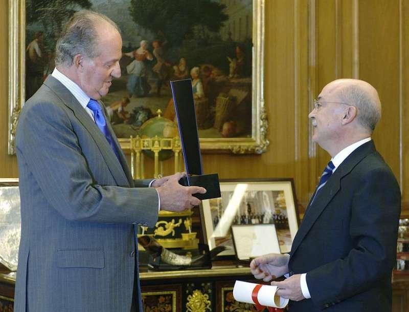 El rey Juan Carlos recibe de manos del presidente de la Fundación Profesor Manuel Broseta, Vicente Carbonell, el