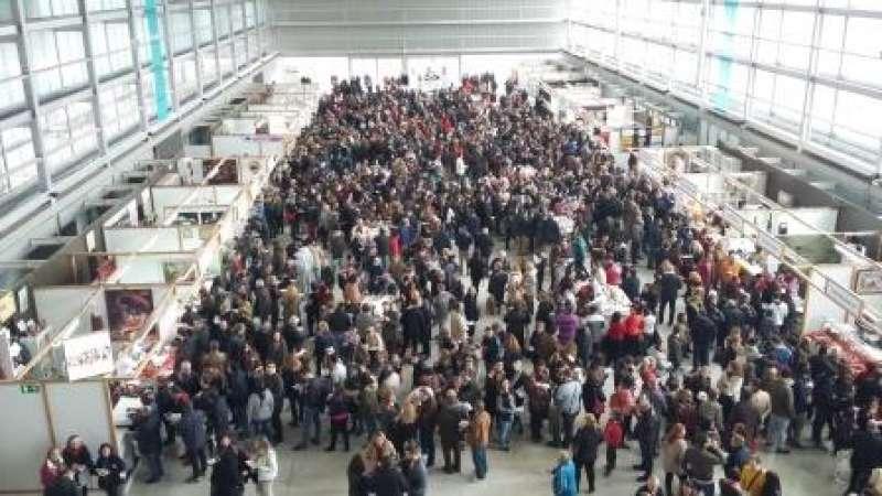 Público durante la última jornada del certamen gastronómico en Requena ayer domingo. EPDA