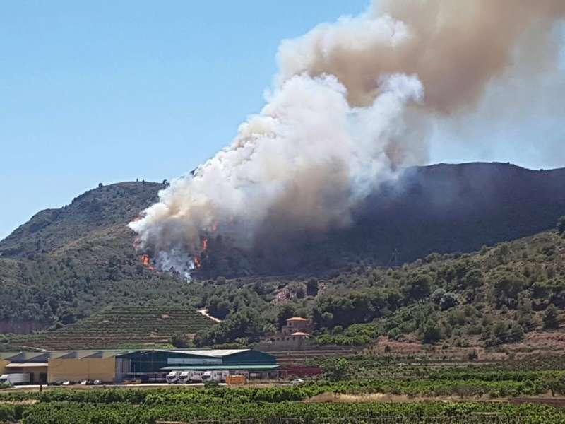 Incendio en una montaña de Benifairó de les Valls. EPDA