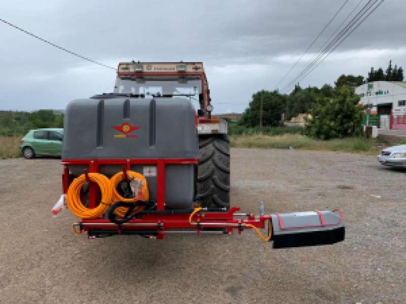 El Ayuntamiento de Vilamarxant ha adquirido un depósito pulverizador para seguir con la desinfección del término municipal durante estos meses de lucha contra la COVID-19. / EPDA