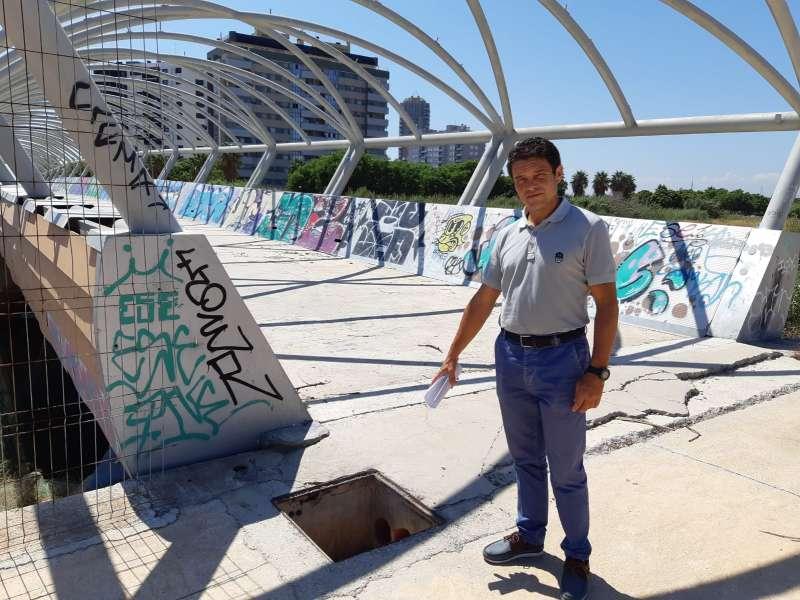 El concejal del PP, Carlos Mundina, en su visita a la pasarela. EPDA