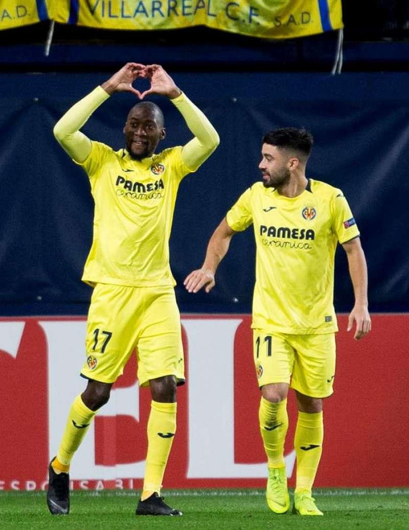 El delantero camerunés del Villarreal Karl Toko Ekambi (i) celebra el segundo gol de su equipo ante el Spartak, durante el partido de la fase de grupos de Liga Europa que se disputa esta noche en el estadio de la Cerámica. EFE