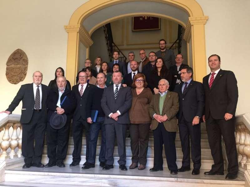 Los alcaldes y la alcaldesa de la democracia de Sagunt posando en el ayuntamiento. EPDA