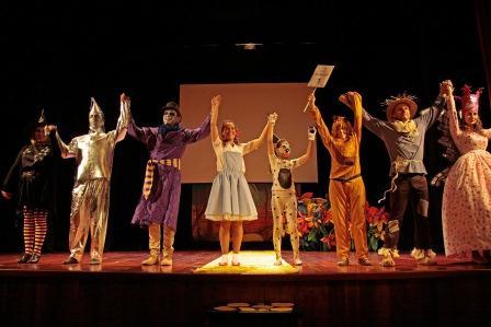 Representación teatral del Mago de Oz a cargo de profesores del colegio El Cid de Mislata.