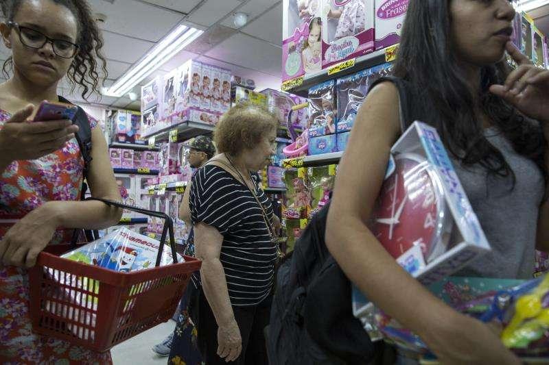 Consumidores compran juguetes en una tienda. EFE/Archivo