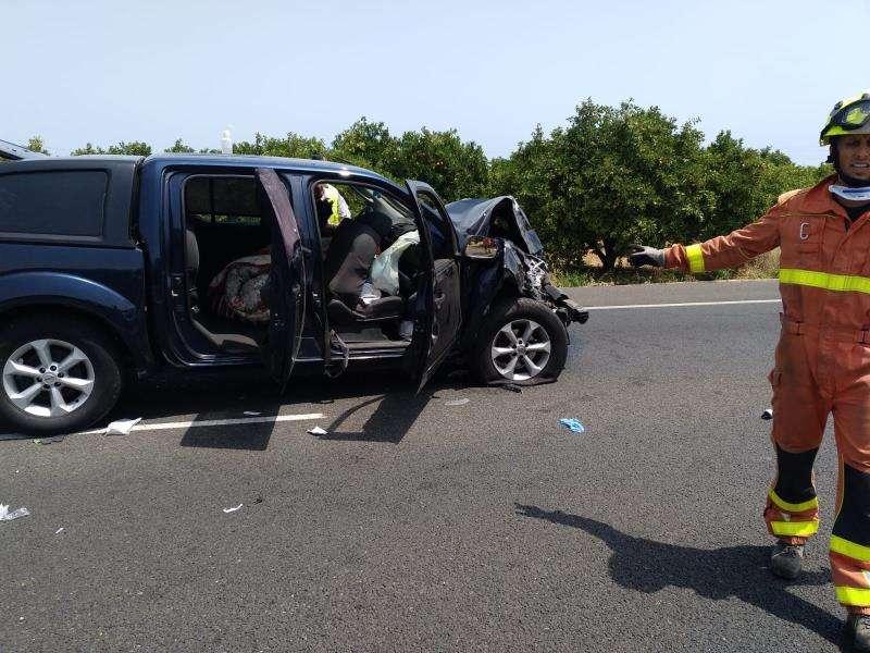 Uno de los vehículos implicados en el accidente en una fotografía facilitada por el Consorcio de Bomberos de Valencia.