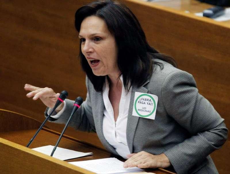 La diputada del PSPV-PSOE Carmen Martínez durante su intervención en el Pleno de Les Corts. EFE