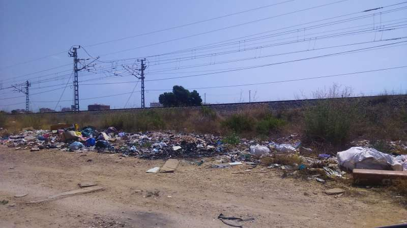 Panorama que se vislumbra a la entrada de Valencia desde las vías por donde circulan el AVE y el Euromed