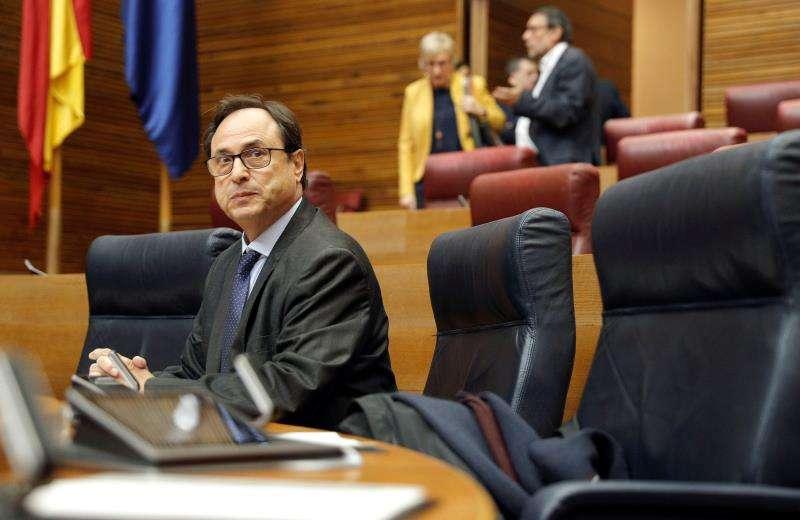 El conseller de Hacienda, Vicent Soler, esta mañana en el pleno de Les Corts Valencianes que debate y vota las enmiendas a la totalidad del PP y Ciudadanos contra el proyecto de ley de Presupuestos de la Generalitat de 2018. EFE/Manuel Bruque.