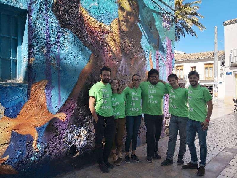 Voluntarios de la quinta edición de conFusión, entre ellos uno de los creadores de la cita, Riccardo Toto (primero por la izquierda), posan ante un mural pintado el año pasado. EFE