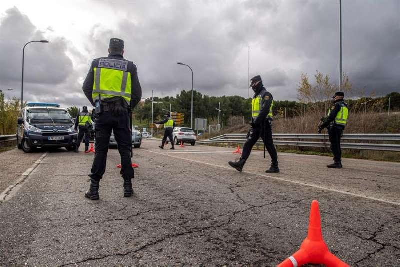 Miembros de la Guardia Civil y de la Policía Nacional realizan controles para controlar el cierre perimetral. EFE