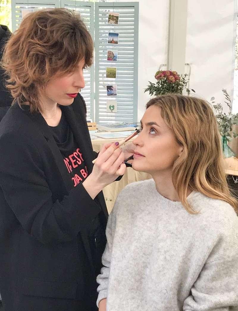Gemma Verdejo durante la sesión de maquillaje y peluquería