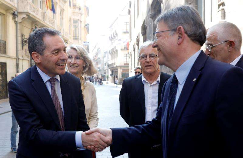 El president de la Generalitat, Ximo Puig (d), saluda al presidente de Ford Europa, Steven Armstrong, en una visita de éste a València. EFE/ Archivo
