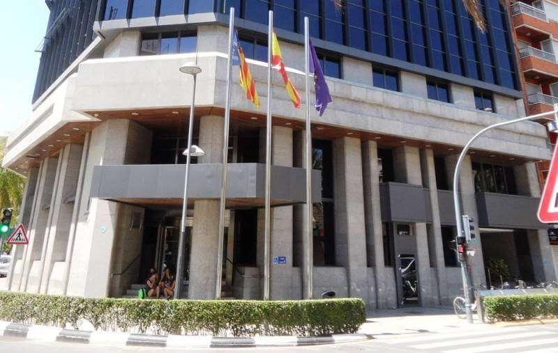 Banderas frente al ayuntamiento de Torrent. EPDA