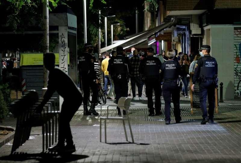 Agentes de la Policía Local de Valencia recorren las terrazas de una conocida zona de ocio de la ciudad de València. EFE/Manuel Bruque