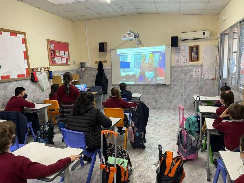 La alcaldesa entra en las aulas de Picassent. EPDA