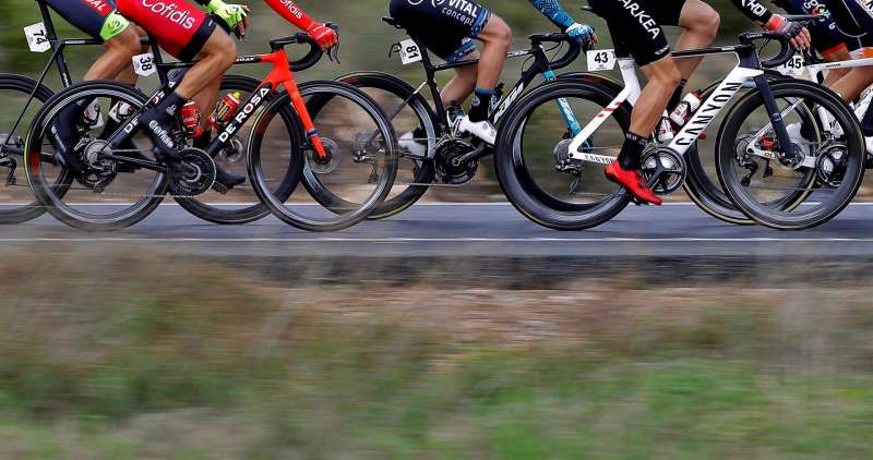 El pelotón recorre los primeros kilómetros de la segunda etapa de la 72ª edición de la Volta a la Comunitat Valenciana, con salida y final en la ciudad de Alicante.