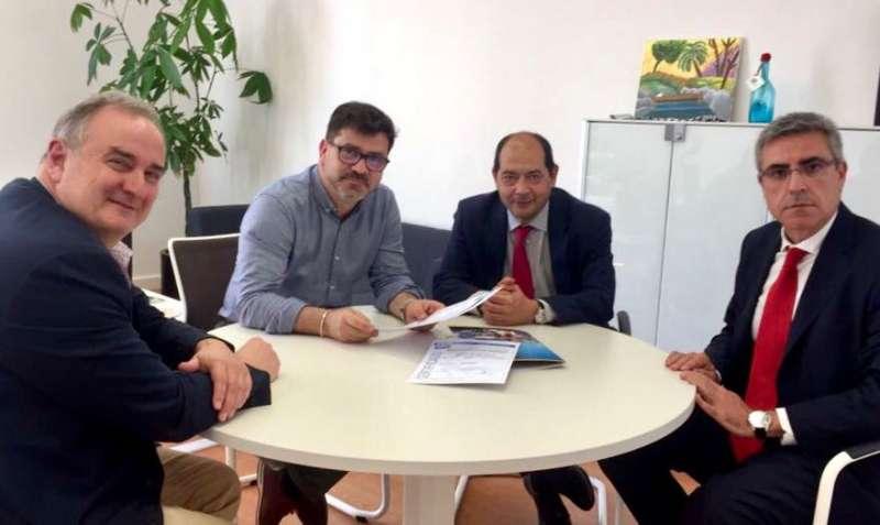 Emili Altur amb Pedro Domingo, cap del Servei de Cooperació Municipal, Alfredo Rodríguez (ACCM) i el consultor José Madolell.