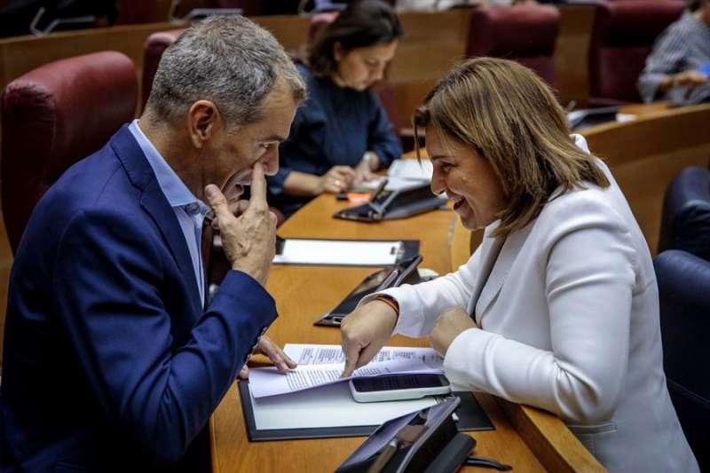 El portavoz del grupo parlamentario Ciudadanos, Toni Cantó, conversa con la portavoz del grupo parlamentario popular, Isabel Bonig. EFE/Aliño/Archivo