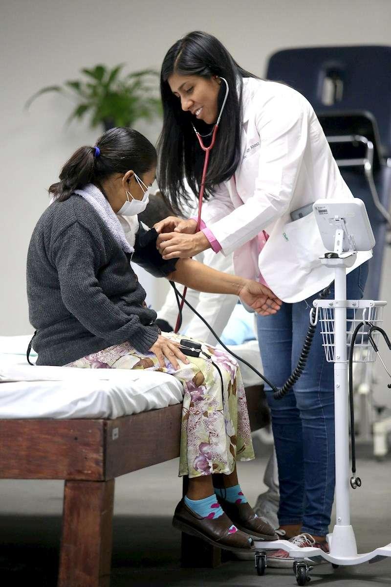 Una médico toma la tensión a una paciente. EFE