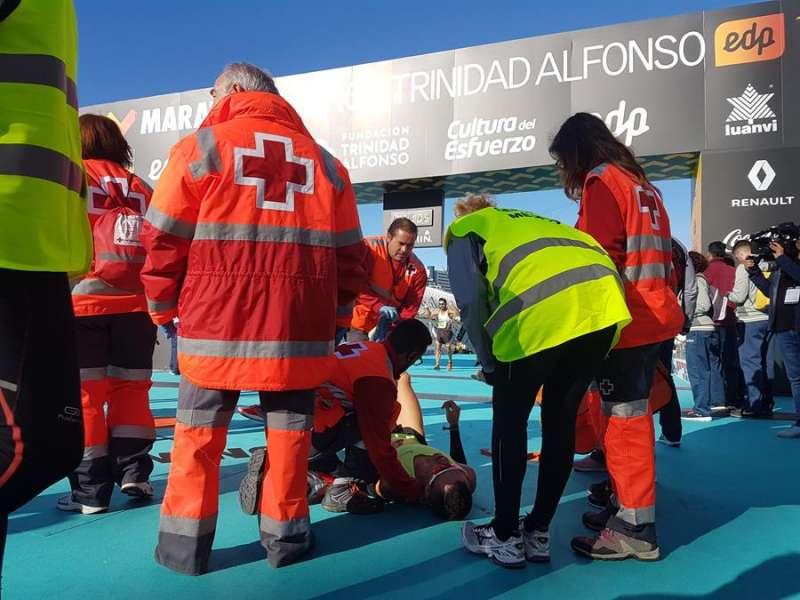 Cruz Roja, atendiendo a un deportista en una prueba anterior, en una imagen de la organización