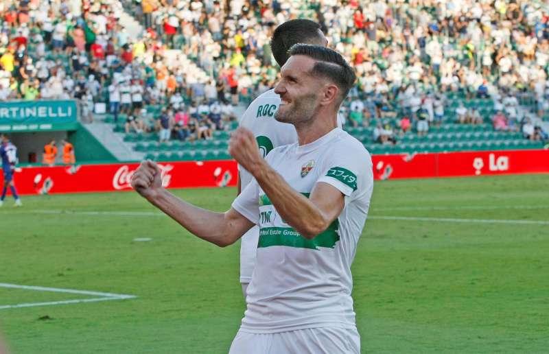 El delantero del Elche Lucas Pérez celebra un gol con la afición en el estadio Martínez Valero. EFE/Manuel Lorenzo/Archivo