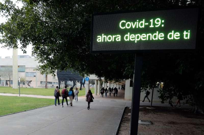 En la imagen, un grupo de estudiantes entrando en el Campus dels Tarongers de la Universidad de Valencia a primera hora.