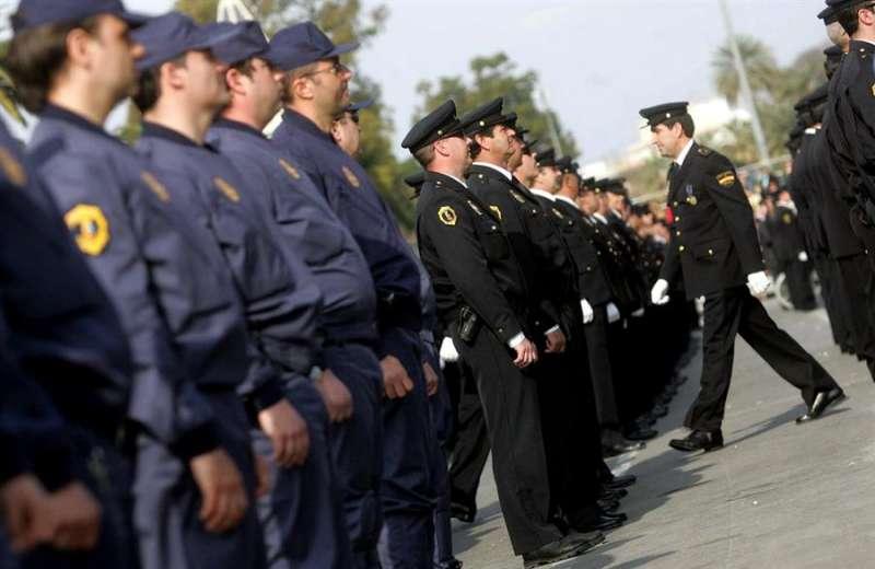 Agentes de la UNidad Adscrita posan durante un desfile. EFE