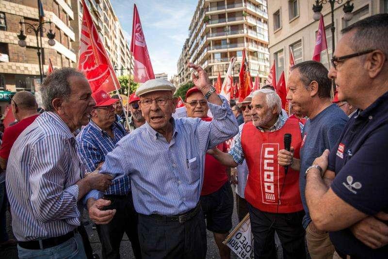 Un asistente a la protesta convocada por las organizaciones de pensionistas y jubilados de los sindicatos UGT y CCOO en defensa de unas pensiones públicas dignas, conversa con el secretario general de CCOO-PV, Arturo León (d), y el secretario general de UGT-PV, Ismael Sáez (2d), frente a la Delegación del Gobierno en la Comunitat. EFE