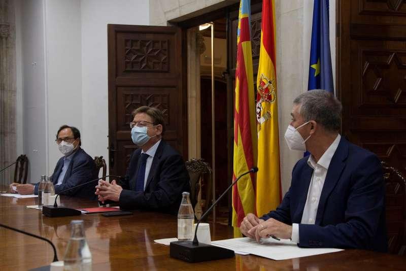 El president de la Generalitat, Ximo Puig (centro), mantiene una reunión sobre las ayudas del Plan Resistir Plus, a la que también asisten los consellers de Hacienda, Vicent Soler (izqda), y Economía, Comercio y Trabajo, Rafael Climent. EFE/Miguel Ángel Polo