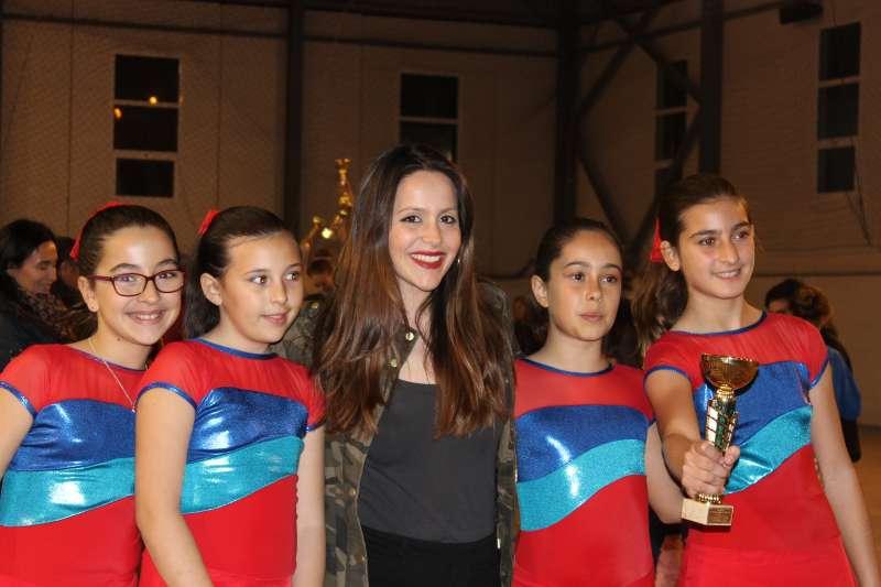 La entrenadora con las patinadoras. EPDA