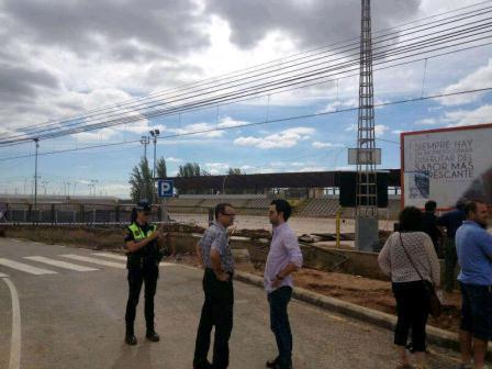 El portavoz socialista supervisa los daños ocasionados por las lluvias. Foto: EPDA